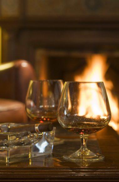 Cigares et verre de cognac au coin du feu