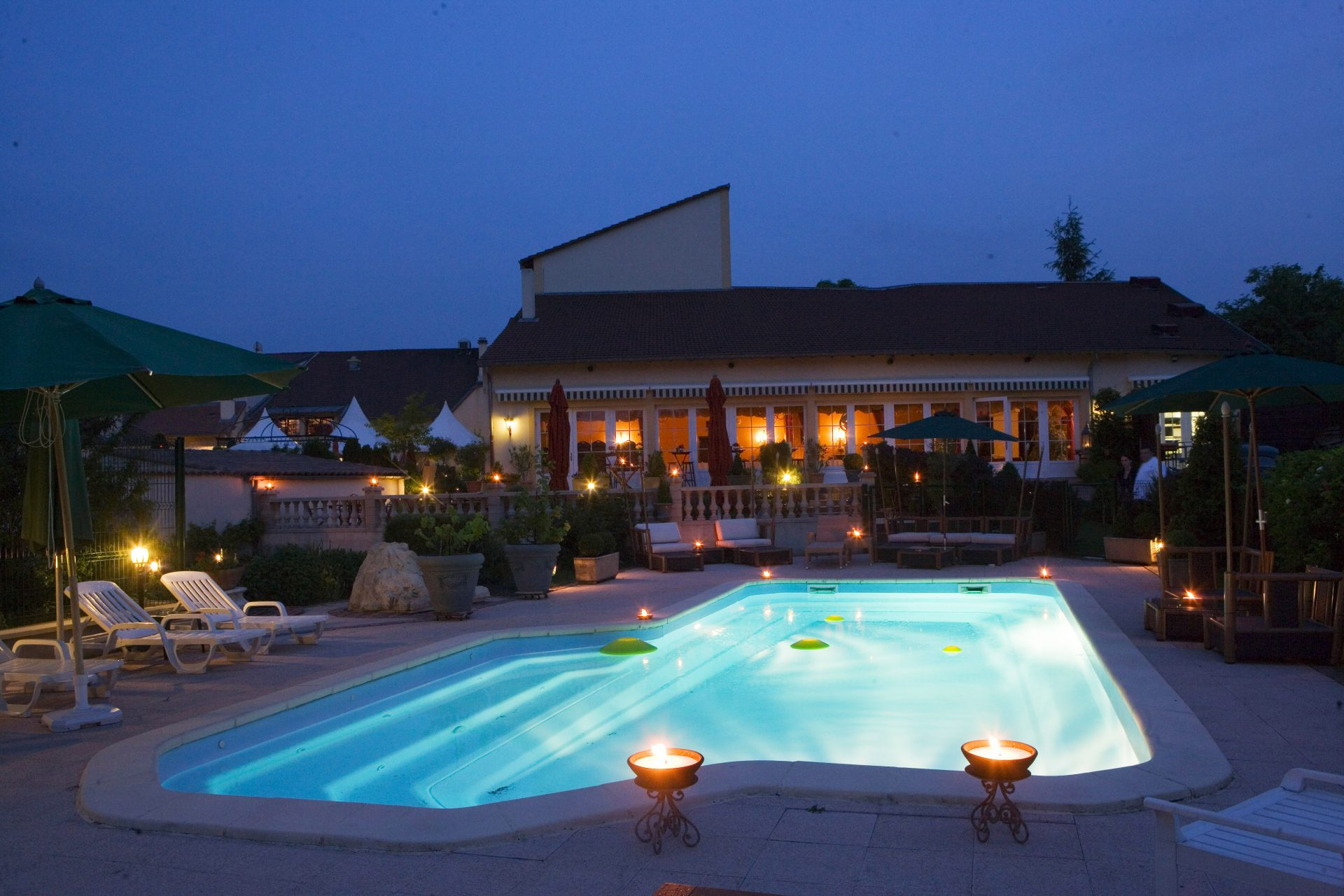 Vue de nuit de la piscine du Domaine de la Grange de Condé en Moselle