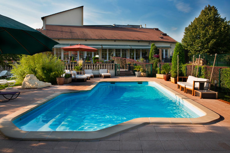 En Moselle, piscine extérieure de l'hôtel de la Grange de Condé