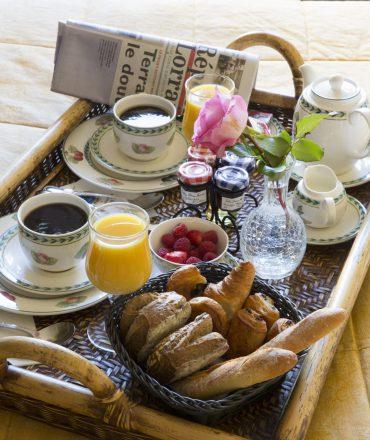 Petit-déjeuner service en chambre, hôtel de la Grange de Condé en Moselle