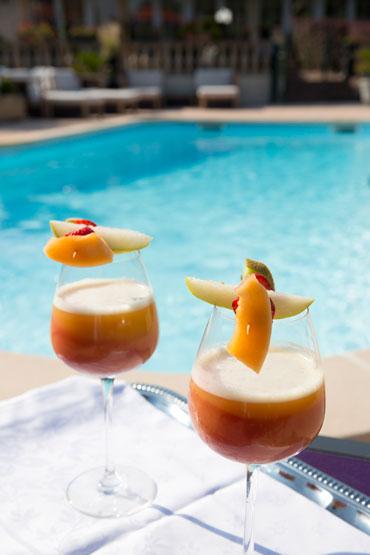 Cocktails et détente au bord de la piscine