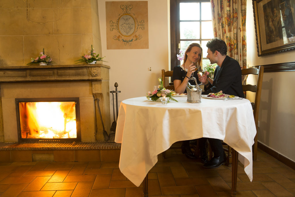 restaurant couple cheminée